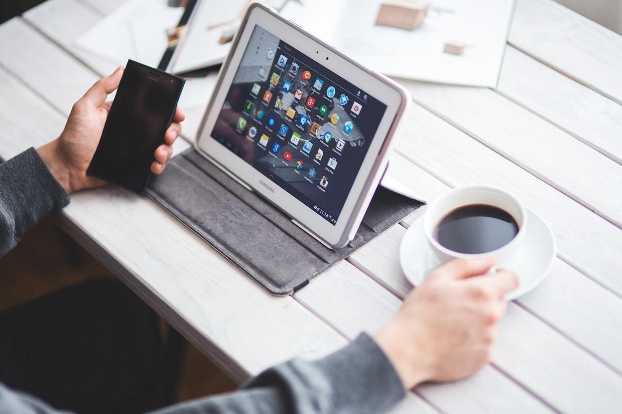 Quels sont les ordinateurs et tablettes les plus adaptés aux seniors ?
